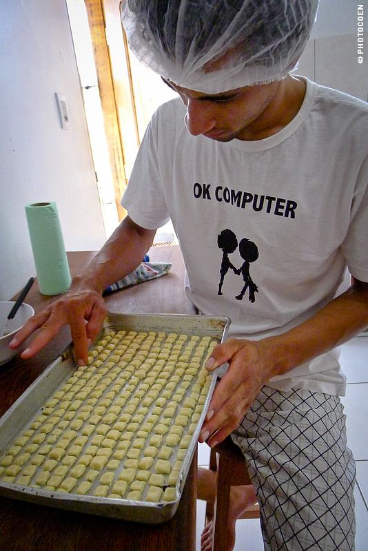 Finishing Touch on Meu Doce Para Biscuits of Belém, Brazil (©photocoen)
