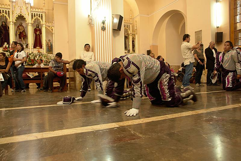 Dancers of the Carporales enter the church and moving toward the altar on their knees to show their devotion (©photocoen)