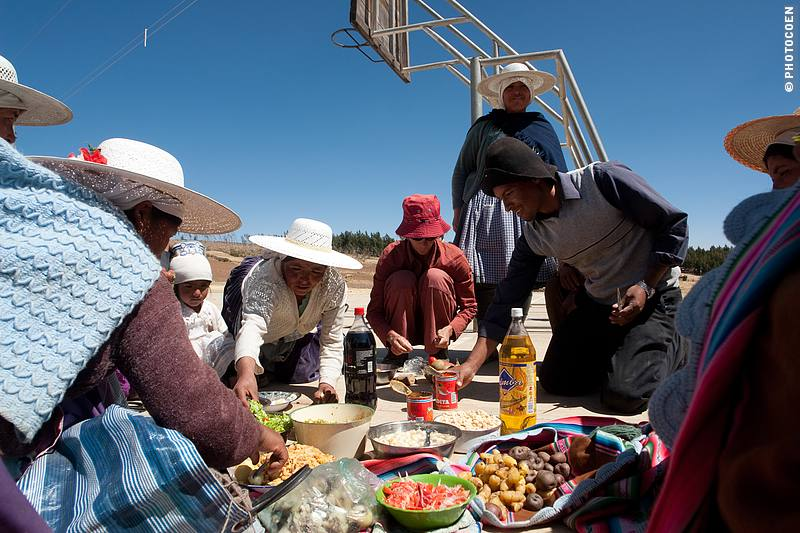 Sharing Lunch is a highlight of the day (this picture was taken during the visit to another NGO project) (©Coen Wubbels)
