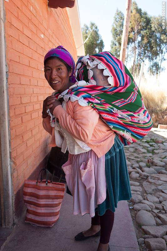 Doña Edelfrida daily walks 5 kms to the yoghurt factory to deliver 40 liters of milk (©Coen Wubbels)