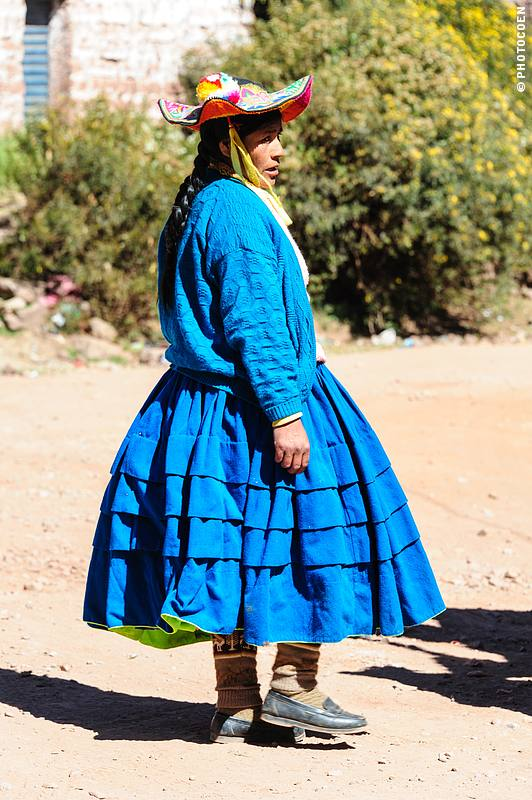 Woman in Llachón, on of the off-the-beaten-track attractions around Lake Titicaca (©photocoen)