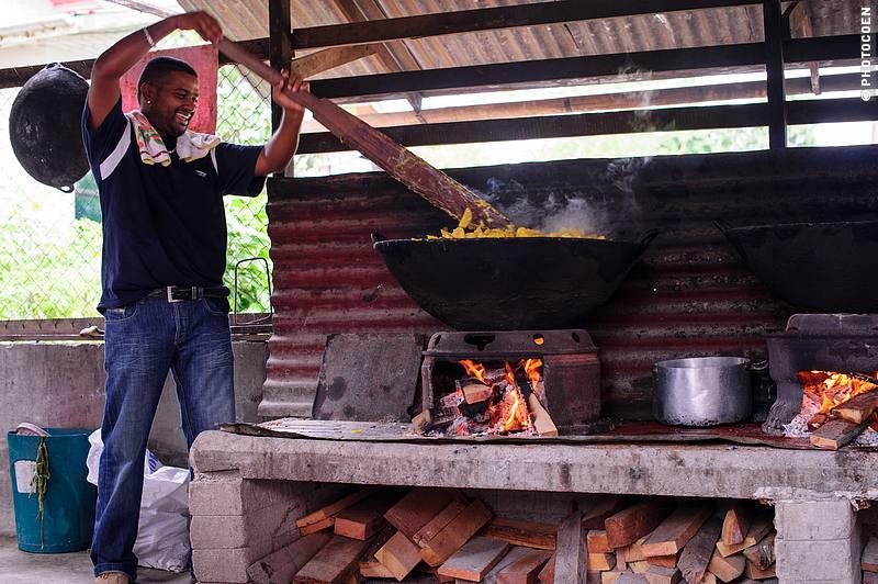 Preparing Food at Sukh Dhaam (©photocoen)