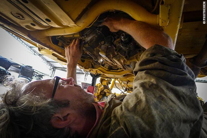 Coen toiling underneath the Land Cruiser, Quito Ecuador (©photocoen)