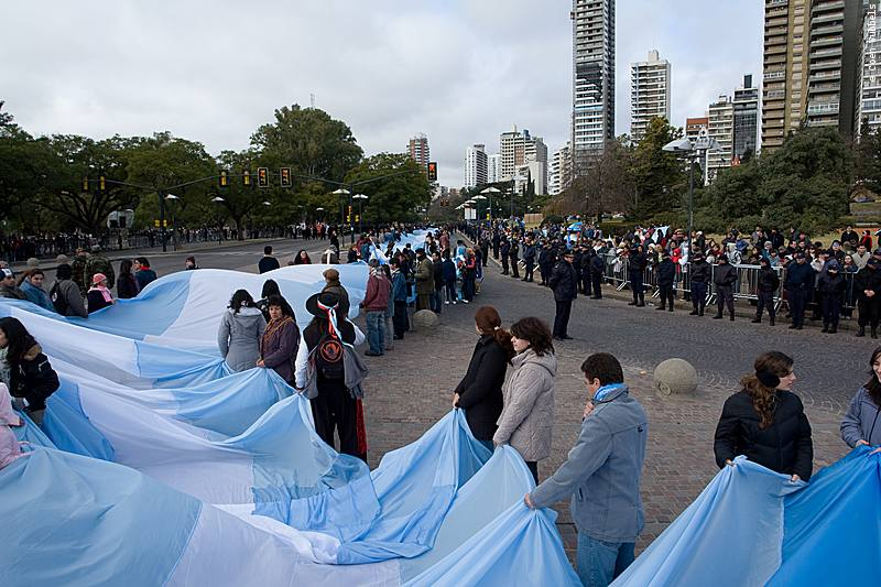 During Flag Day, Argentina's largest flag is carried around (©photocoen)